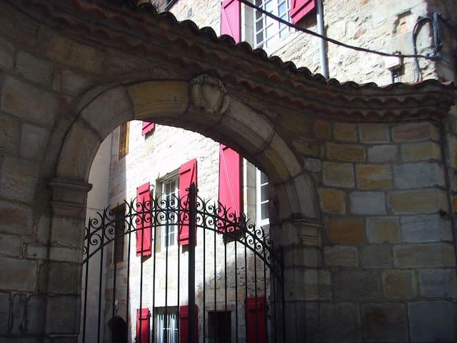 Chambre privée centre historique - Figeac