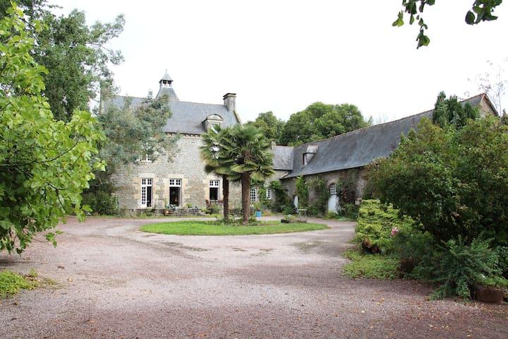B&B Chambre:  Manoir Le Bas Carheil - Saint-Samson-sur-Rance - Bed & Breakfast