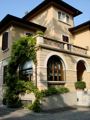 Beautiful room in art nouveau villa - Felino - Hus