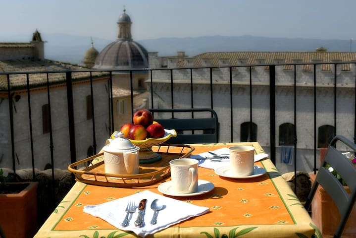 Piazza Apartment w/ Terrace & View - Assisi
