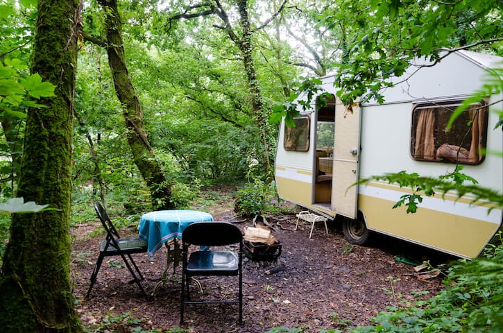 Vintage caravan in a quarry with breakfast - Ashbrittle - Husbil/husvagn