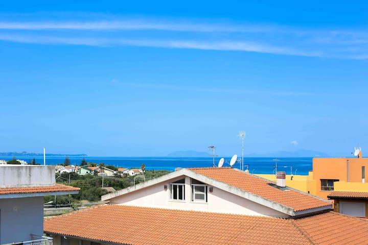Sunny flat 2 mins from beach Sicily - Villafranca Tirrena - Квартира