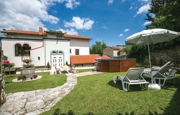 Apartmant with courtyard and pool - Kršan - Daire