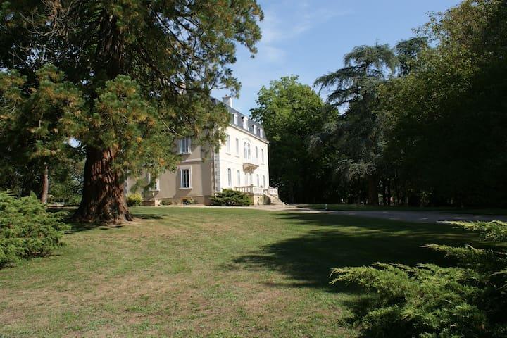 Maison de maître entourée d'un parc - Grury - Haus