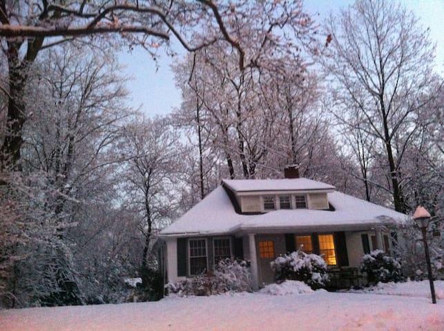 Cozy Bungalow w/Porches + Nature - Elkins Park