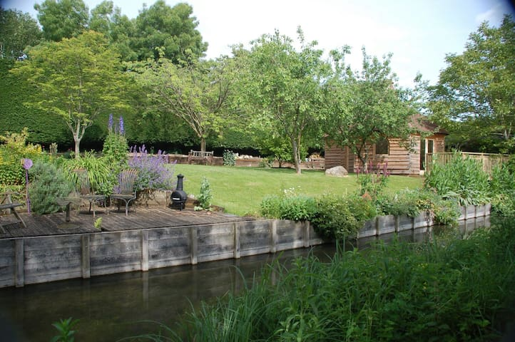 Cosy and secluded riverside cabin - Hungerford - Houten huisje