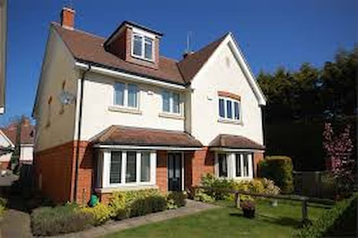 4 bedroom townhouse in Farnham - Farnham - Haus