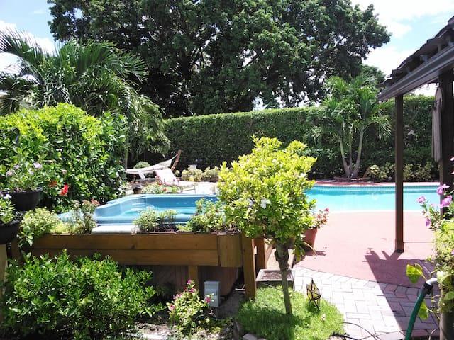 Private Studio in Miami POOL home - マイアミ