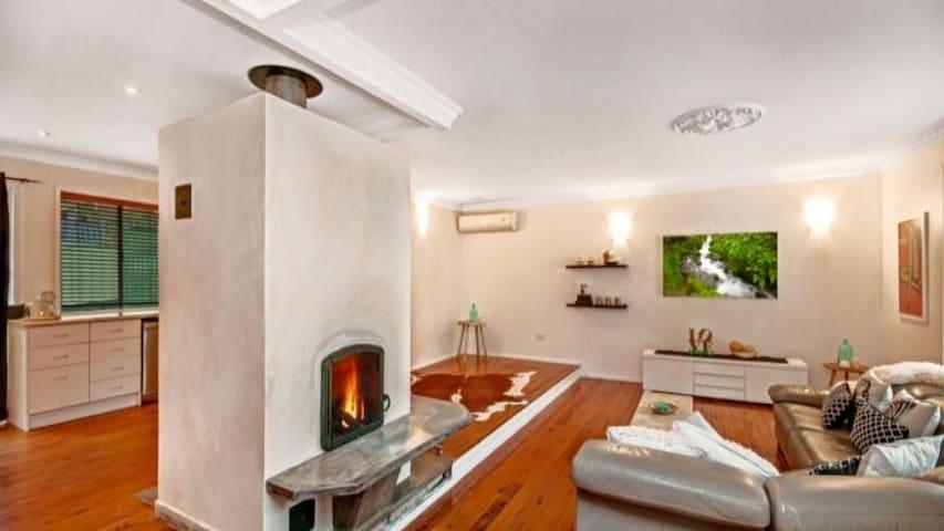 Modern home with gorgeous fireplace - Niagara Park - Casa