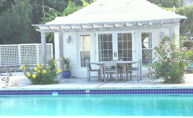 Pool house in a garden setting - SMITHS