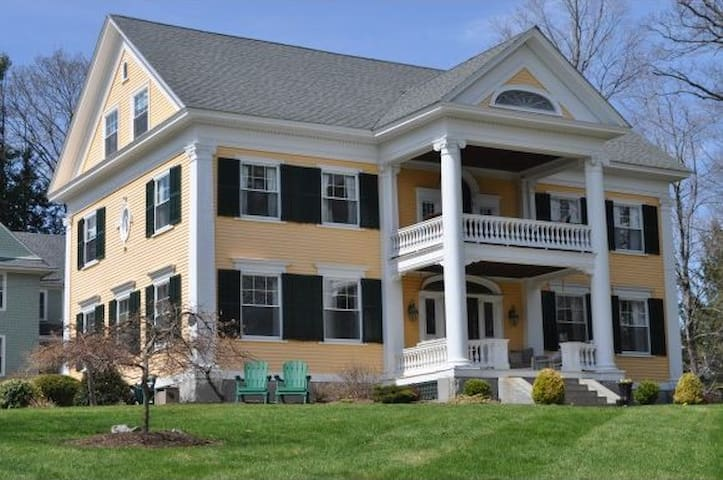 1-3 BRs Available in Historic Home - Concord - Huis