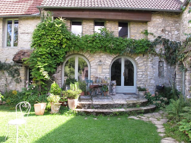 double Bedroom in old stone house - Chérence - Huis