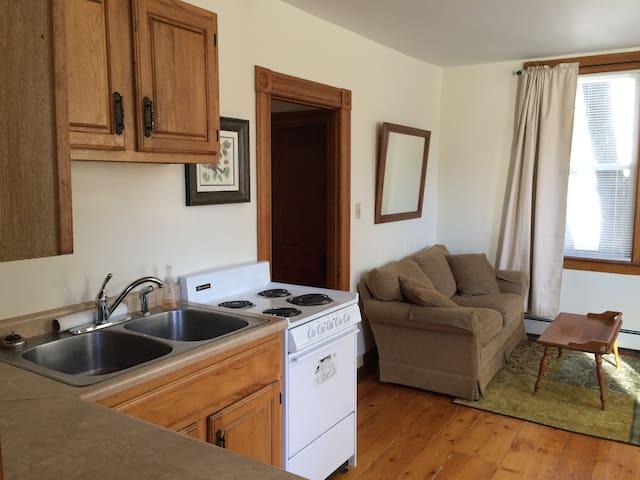 Quaint Vermont Village Apartment 3 - Windsor - Appartement