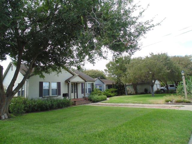 Spacious Home with Private Pool - Corpus Christi - Ev