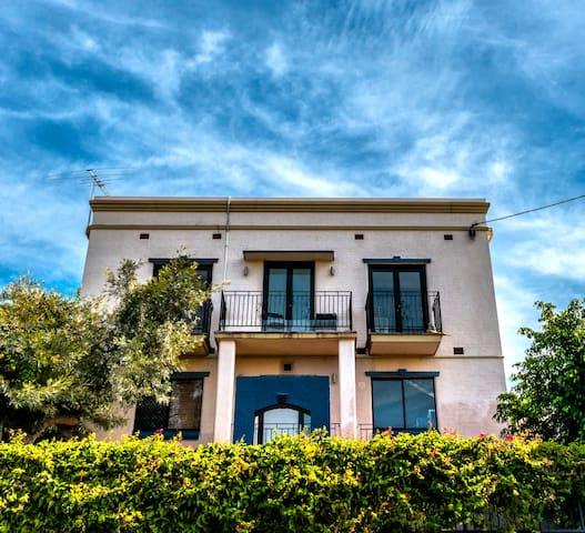 Cool West End Guest House $40 p/n - West End - Villa