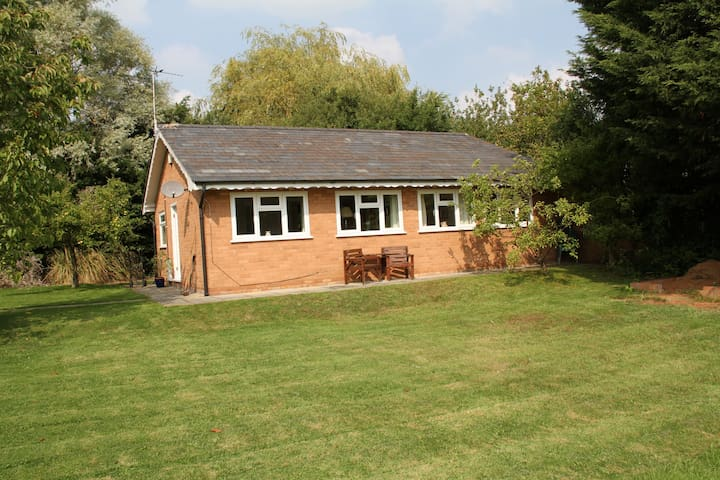 Detached bungalow in quiet location - Blacon - Bungalow