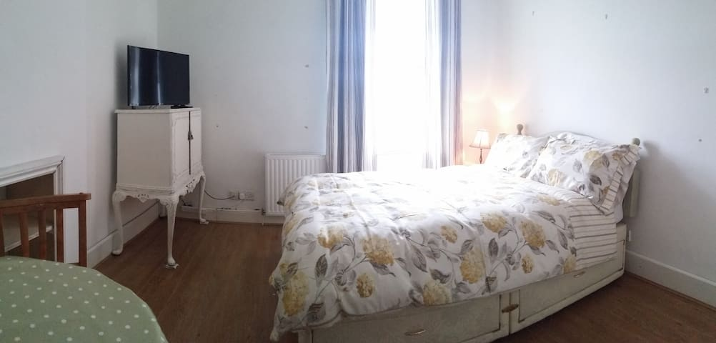 Double Bedroom & Private bathroom - Calne - Hus
