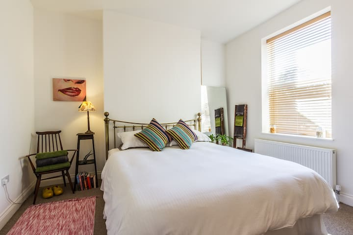 Lovely quiet room close to the sea, super king bed - Маргит - Дом