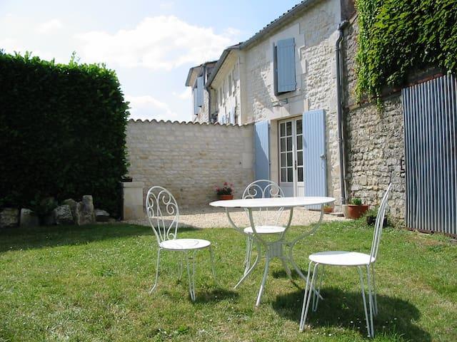 Charming garden gite near Saintes - Villars en Pons - Apartemen