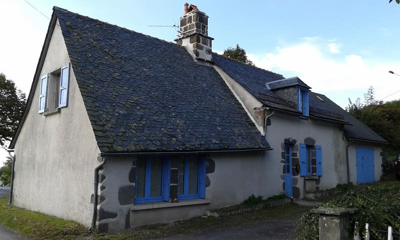 The house with blue shutters - Saint-Martin-Valmeroux - Ev