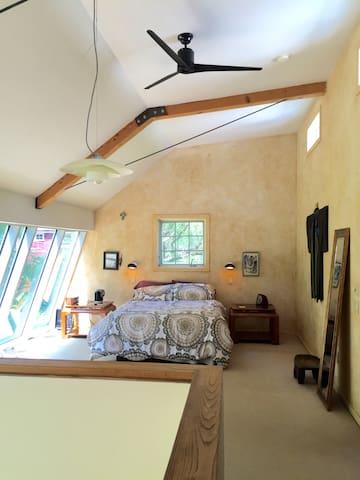 Romantic Master Bedroom w View - Highland - Rumah