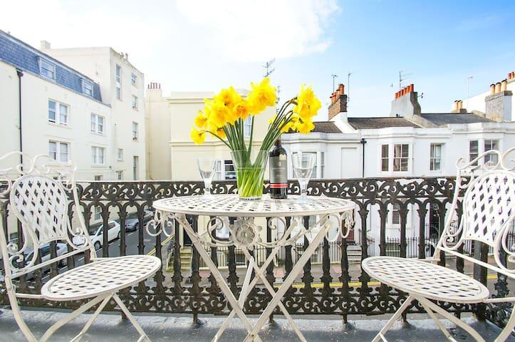 Seaside bright city centre balcony flat - Brighton