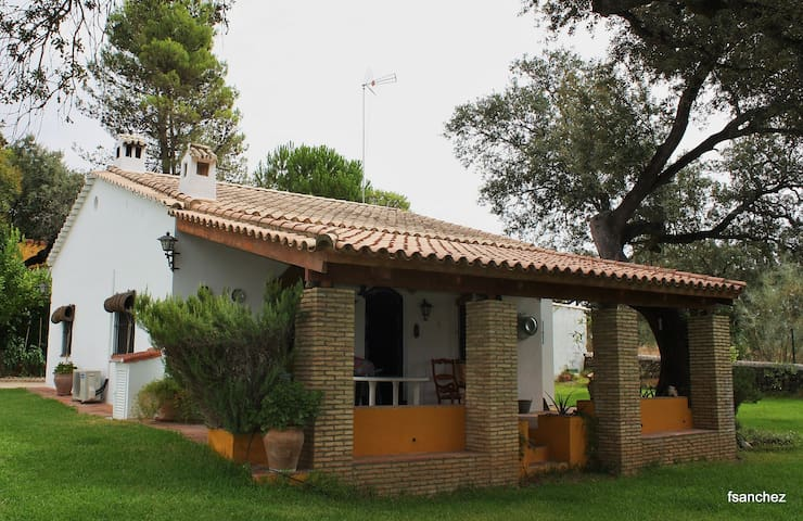 Nice country house between oaks - El Castillo de las Guardas - Huis