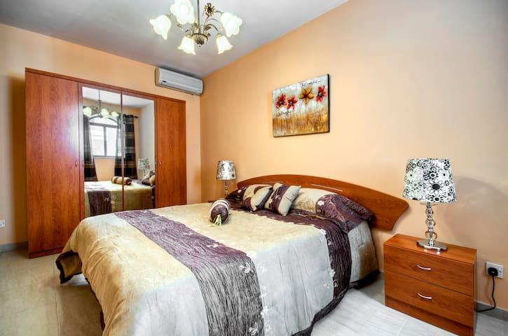 3 Bedroom Apt-Free WIFI & CableTV - Pembroke - Huoneisto