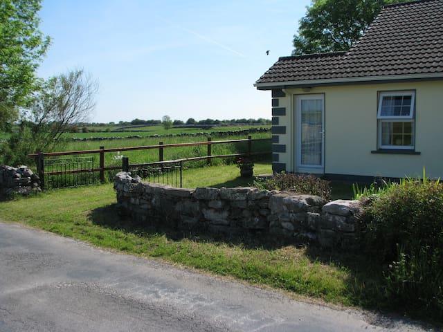 Irish Cottage in Mayo farmland - Woodpark - Dům