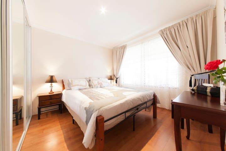 Parkside Suites B&B Queen size bed room - Success - Bed & Breakfast