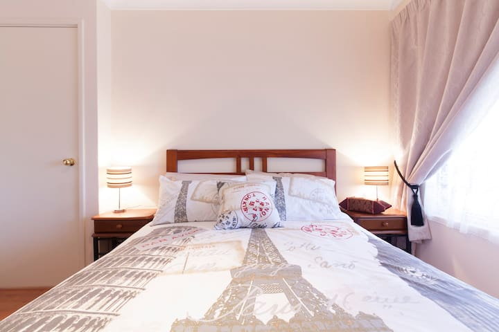 Parkside Suites B&B Double size bed room - Success - Bed & Breakfast