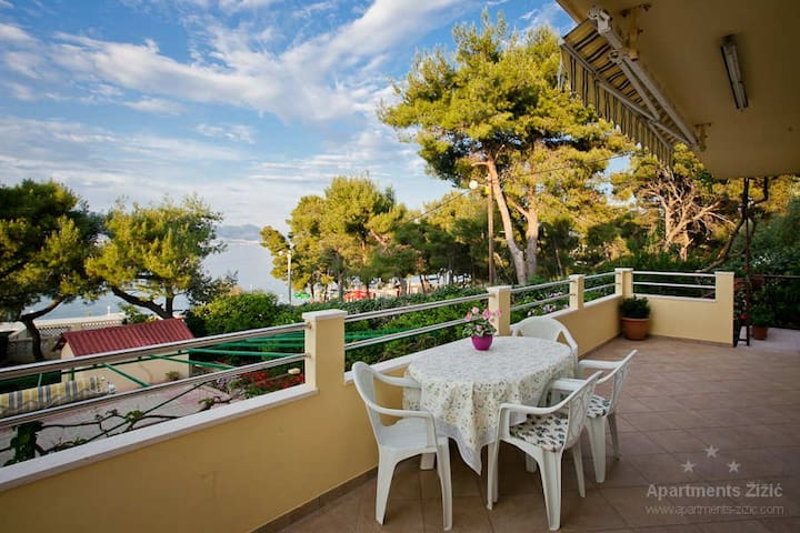 Apartment by the sea, view on beach - Slatina