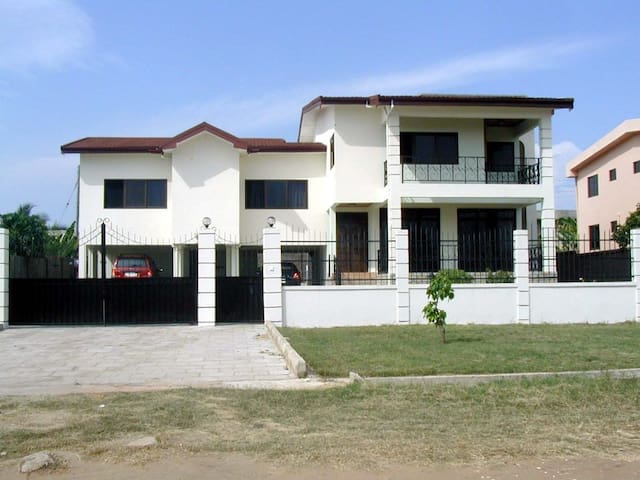 Our home, your home in Tema - Tema - Casa