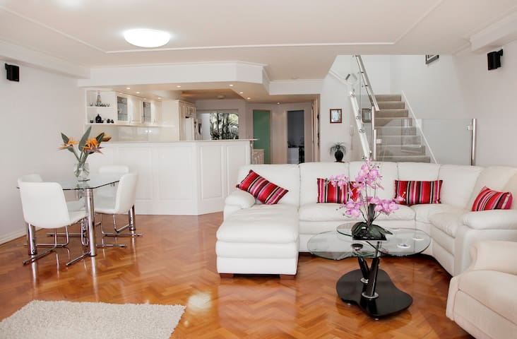 Gold Coast Waterfront Apartment - Hollywell - Huoneisto
