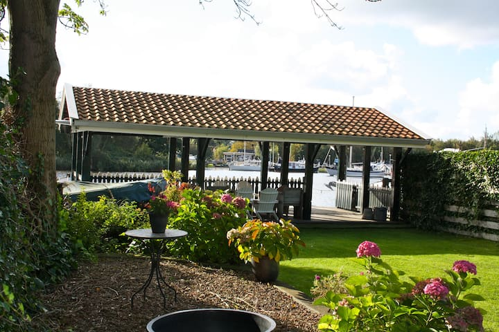 Bungalow with great riverview close to Amsterdam - Oostknollendam - Cabaña