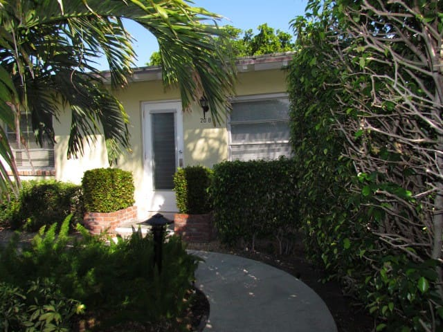Steps to Beach and in the heart of Delray! - Delray Beach - Departamento