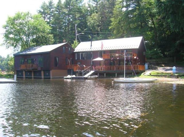 Beautiful Home on the Water - Lake Luzerne-Hadley - Casa