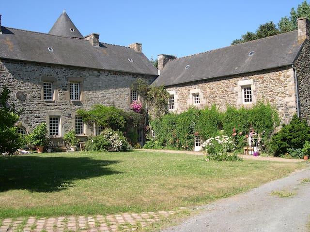 Wing in XVth century manor - Ploëzal - Kasteel