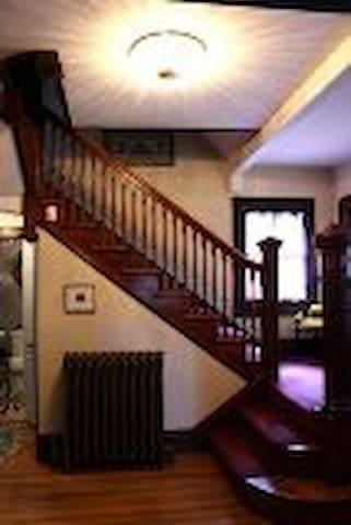 Inviting Queen Anne Victorian B + B - Boston - Bed & Breakfast