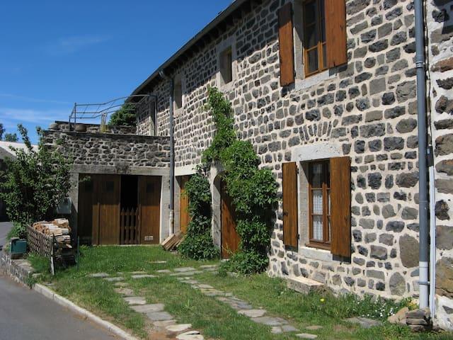 Ancienne ferme rénovée 15-18 places - Freycenet-la-Tour - Casa