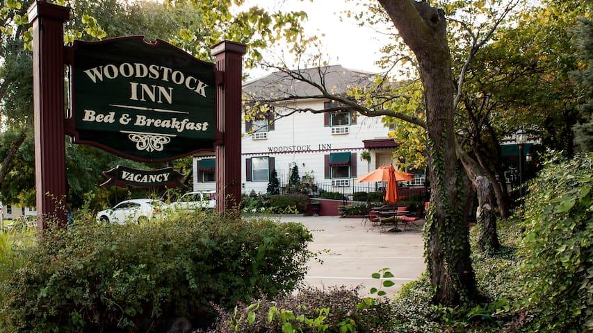 Rent Woodstock Inn Bed & Breakfast - Independence - Bed & Breakfast
