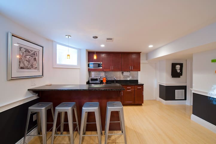 Spacious, bright, modern, private. - Watertown - Apartemen
