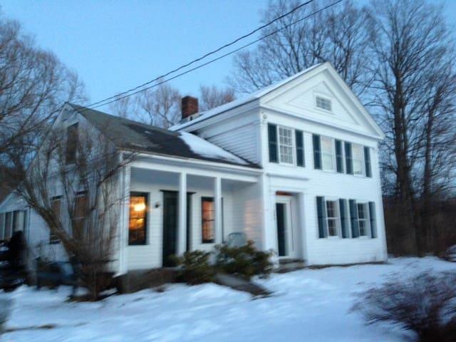 Charming old farmhouse on Rt. 7 - Williamstown - Hus