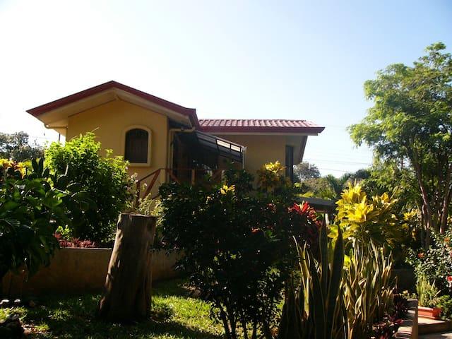 B&B in a lush tropical garden! - Carrillo - Pousada