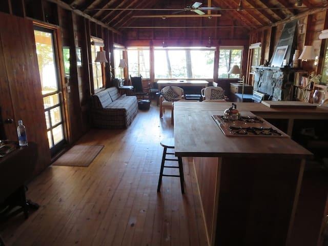 Rustic, roomy Lake Champlain cabin - シャーロット - キャビン