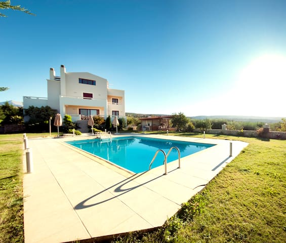 luxurious villa with private pool! - Skouloufia - Haus