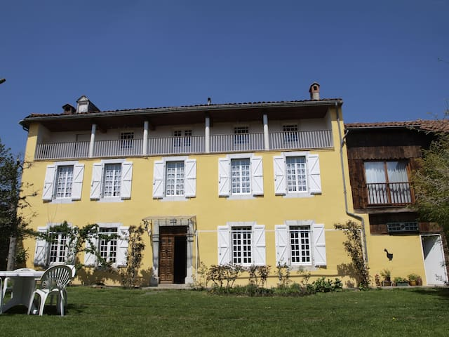 Facing the Pyrenees in a 1822 farm - Saint-Laurent-de-Neste - Bed & Breakfast