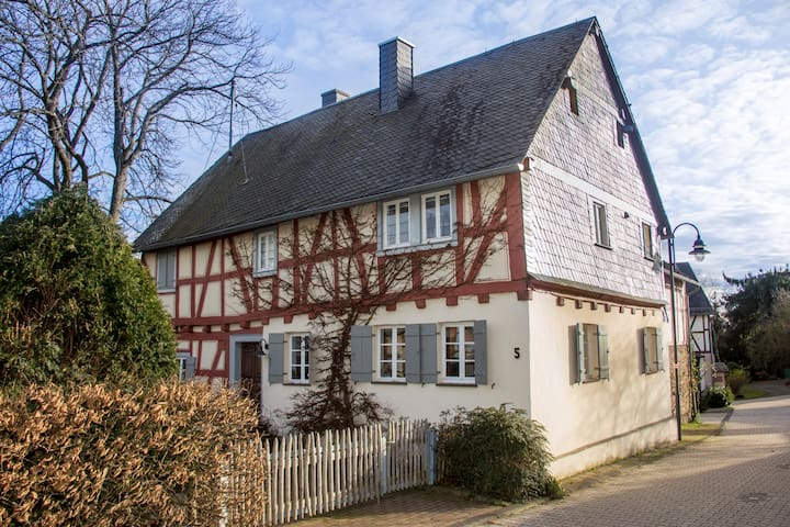 Cosy, 200 years old half timbered house - Macken