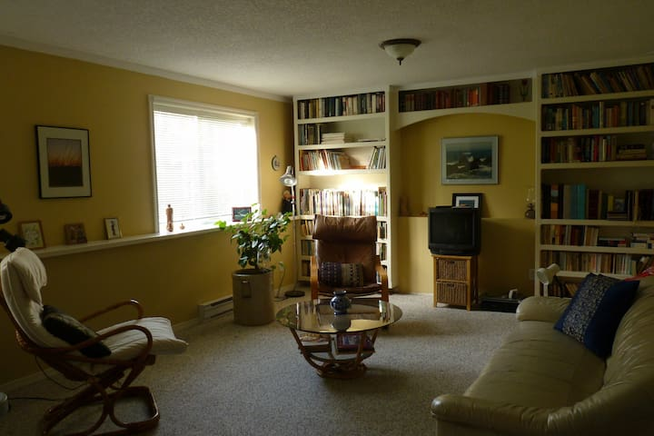 Private space, two rooms, queen bed - Cobble Hill - Ev