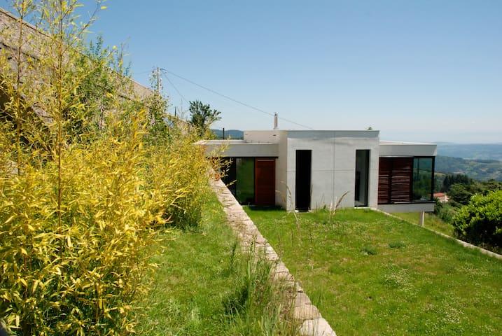 Maison contemporaine avec vue 180° - Nozières - Casa